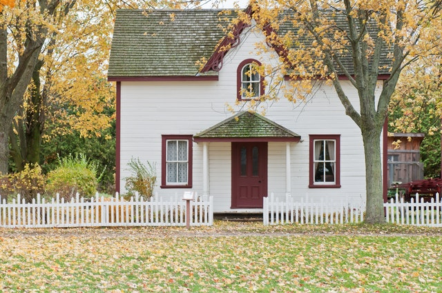 Wood or Vinyl Fencing: Which is Better?